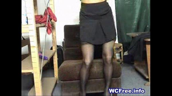 Зрелая блонда в очках мастурбирует на вебку