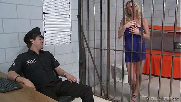 похотливая шлюха блондинка в тюрьме видео теперь
