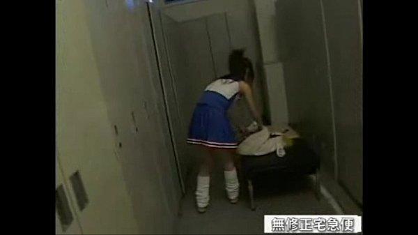 [手機A片]  女生在更衣室換衣服,老師闖進來還把門鎖起來,想幹嘛?