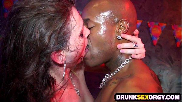 밍키넷 클럽쇼파에서 단체로 광란의 섹스를 즐기는 남녀들