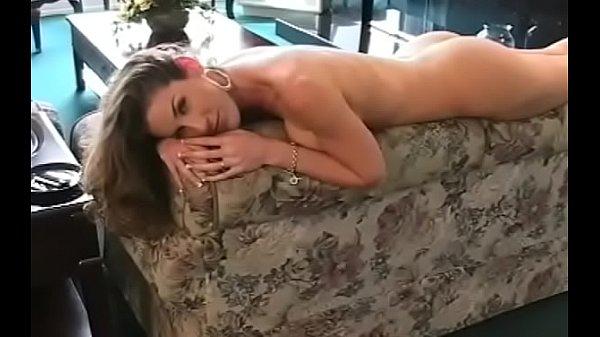 Фото голой брюнетки на кровати