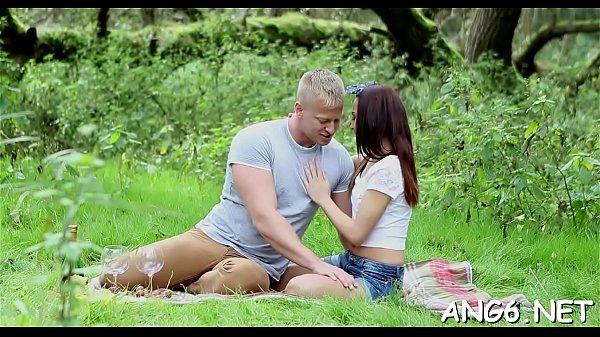 El rubio romantico se folla a una golfa de picnic