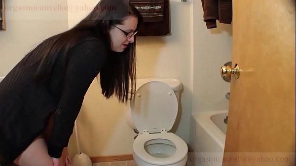 Сзади ебут в туалете