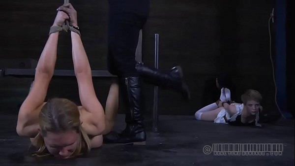 Порно телки заставили лизать видео