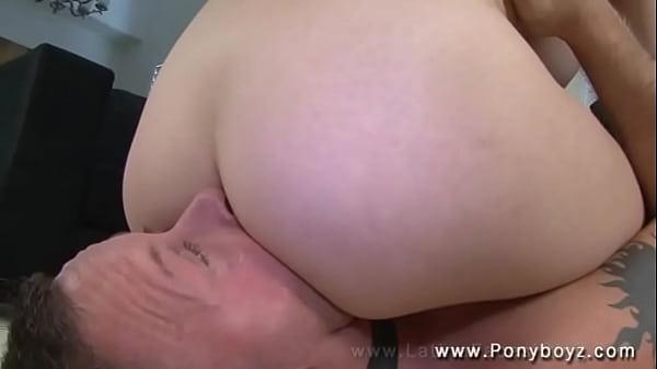 Мужчина лижет языком довести до оргазма видео