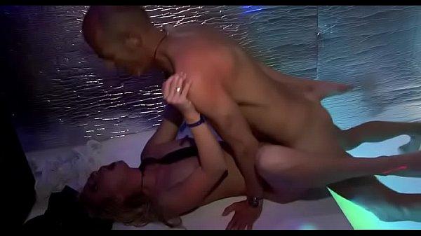 Две девушки делают секс