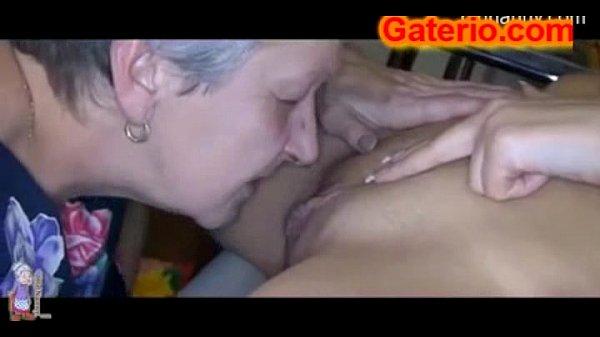 Abuela madura lesbiana follando a una jovencita