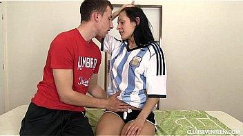 Gatinha com a camisa do Messi suga gostoso o pinto e abre as pernas para meter