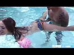novinha gostosa trepando na piscina - www.lolli...