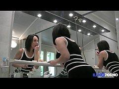 Deux actrices porno bien excite\u0301es se baisent e...