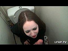 fellation dans les toilettes d une belle brunette