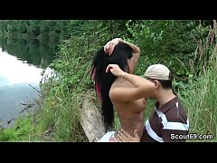 Fremder erwischt Teeny am Baggersee und bekommt einen Fick