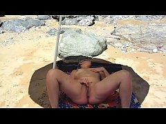 Lisa se branle sur la plage