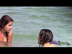 duas meninas italianas brincando debaixo d'água na praia de topless