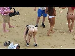 Mulheres nuas na praia...