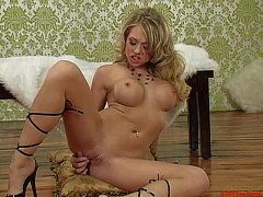 Shawna Lenee takes her fingers into her cunt un...