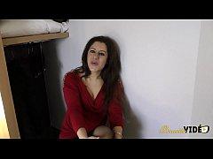 Premier porno pour Nadia, elle aime ça