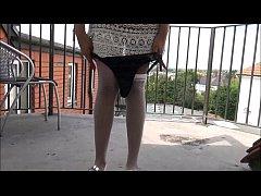 blinkende Ebenholz Milf Mels schwarze öffentliche Nacktheit und Outdoor Upskirts Abenteuer