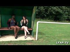 Cougar francaise sodomisee au bords du terrain de foot par deux gars