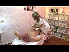 Masseuse mature enculée par son patient.