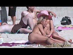 gençler lezbiyenler sahilde genel öpüşme ve masaj