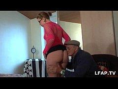 Jeune salope francaise sodomise pendant qu elle suce Papy Voyeur