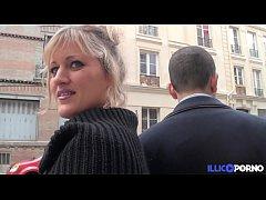 Bonne milf blonde gangbang devant son mari, pou...
