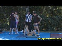 amadores desportivos jogando jogos de festa