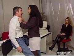 La direttrice si fa chiavare dal capo del perso...