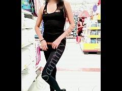 Jovencita mexicana quitándose sus leggins en pú...