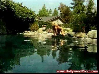Las piscinas están hechas para los calientes tetonas lesbianas