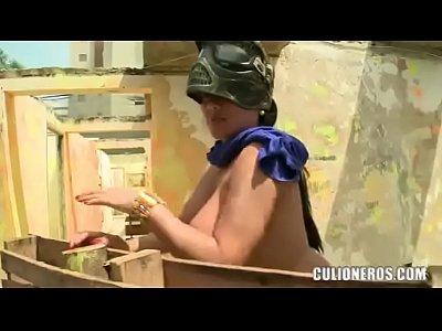 sexy latina con gran culo y tetas jugar paintball
