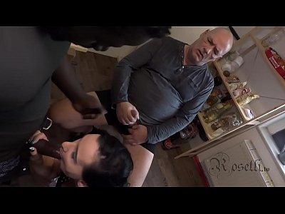 Refugee fickt mich mit seinem fetten Pimmel vor meinem wixxenden Ehemann