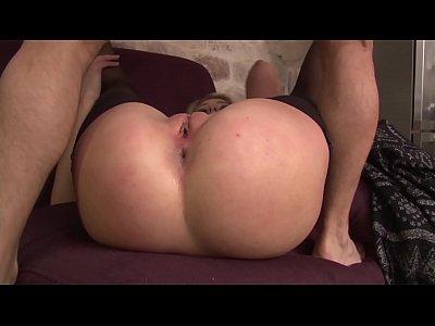 Lucy 20 ans, jolie blonde, se fait copieusement dilater le trou du cul.