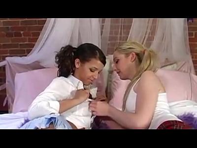 Jovencitas lesbianas besandose