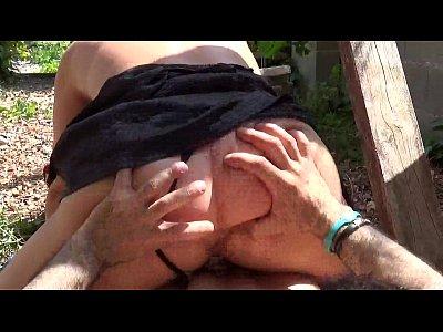 follando en el jardín. pareja de verdad en un video casero