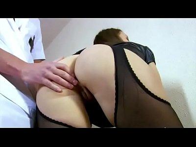 Caliente enfermera entra en el rescate de un paciente caliente
