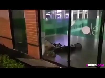 Venezolana pillada cogiendo en Banesco (Banco en Venezuela) - Parte 1