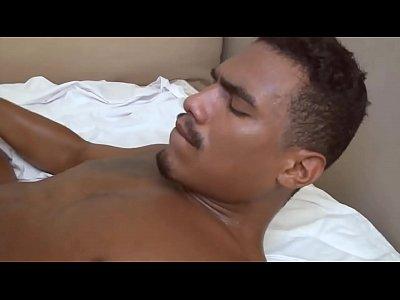 Dois caras morenos pelados no filme porno gay