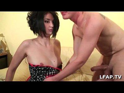 Casting porno amateur d'une brunette en bas résilles
