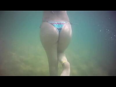 Filmando a branquinha gostosa nadando