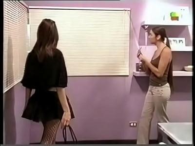 Video de Juanita Viale y Fernanda Neil en doble vida beso lesbico y tetas