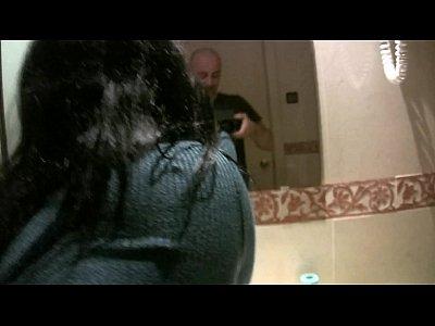 Tener diversión detrás de la escena en el cuarto de baño con montse swinger