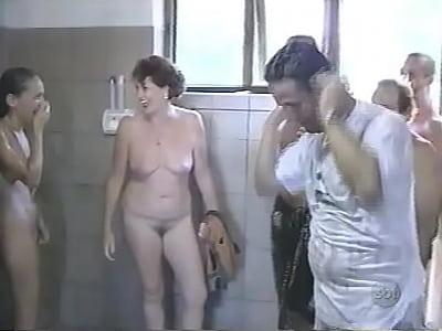 Todo mundo querendo ficar peladinho no banheiro de naturismo