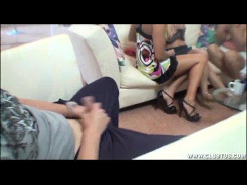 Видео девушка мастурбирует перед подругой