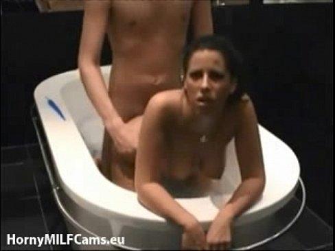 Трахнул тетку в ваной онлайн
