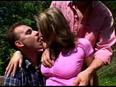 Порно двое одну в лесу онлайн