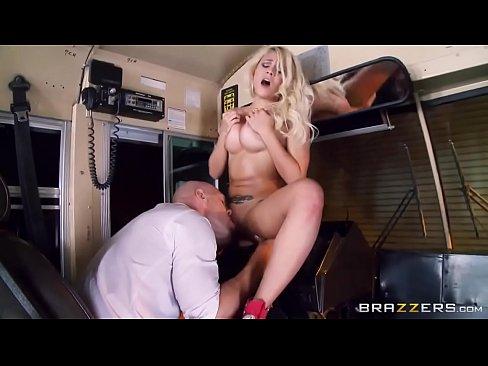 Босса порно трахнул сногсшибательную блондинку смотреть юбкой