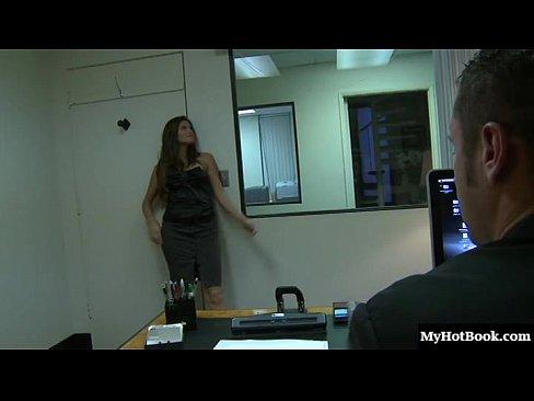 Начальник трахает секретаршу на своем столе