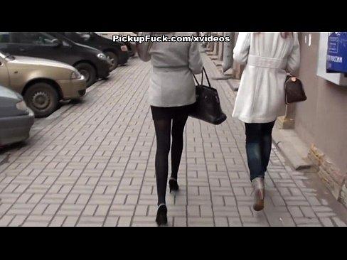 Doua Gagicute Agatate De Un Barbat Pe Strada Le Duce La El Acasa Sa Le Iubeasca